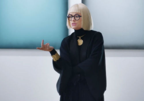 Amy Poehler channels the black-garbed art dealer type with effortless, hilarious ease (image via Old Navy YouTube channel (c) Old Navy)